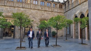 El vicepresidente del Govern, Oriol Junqueras; el president, Carles Puigdemont, y el conseller de Presidència, JordiTurull, este martes.