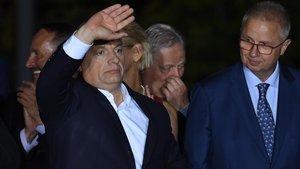Viktor Orbán se dirige a sus seguidores, anoche.