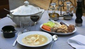 La 'escudella' completa de Windsor: la sopera, los 'galets' y las carnes con las hortalizas y la legumbre.
