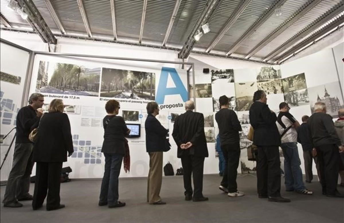 Colas para votar en la consulta sobre la reforma de la Diagonal, en mayo del 2010.