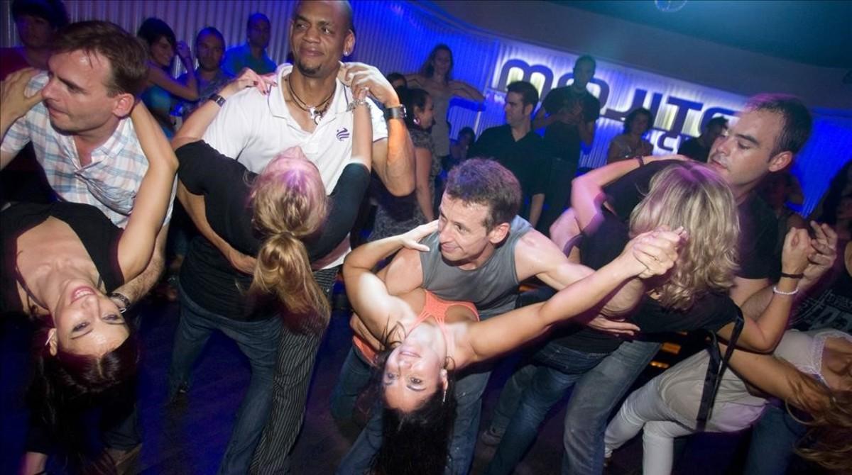 Un grupo de jóvenes bailando salsa.
