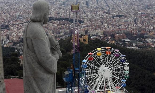 Si quieres acumular muchos 'likes', enfoca al anochecer la noria del Tibidabo con Barcelona al fondo.