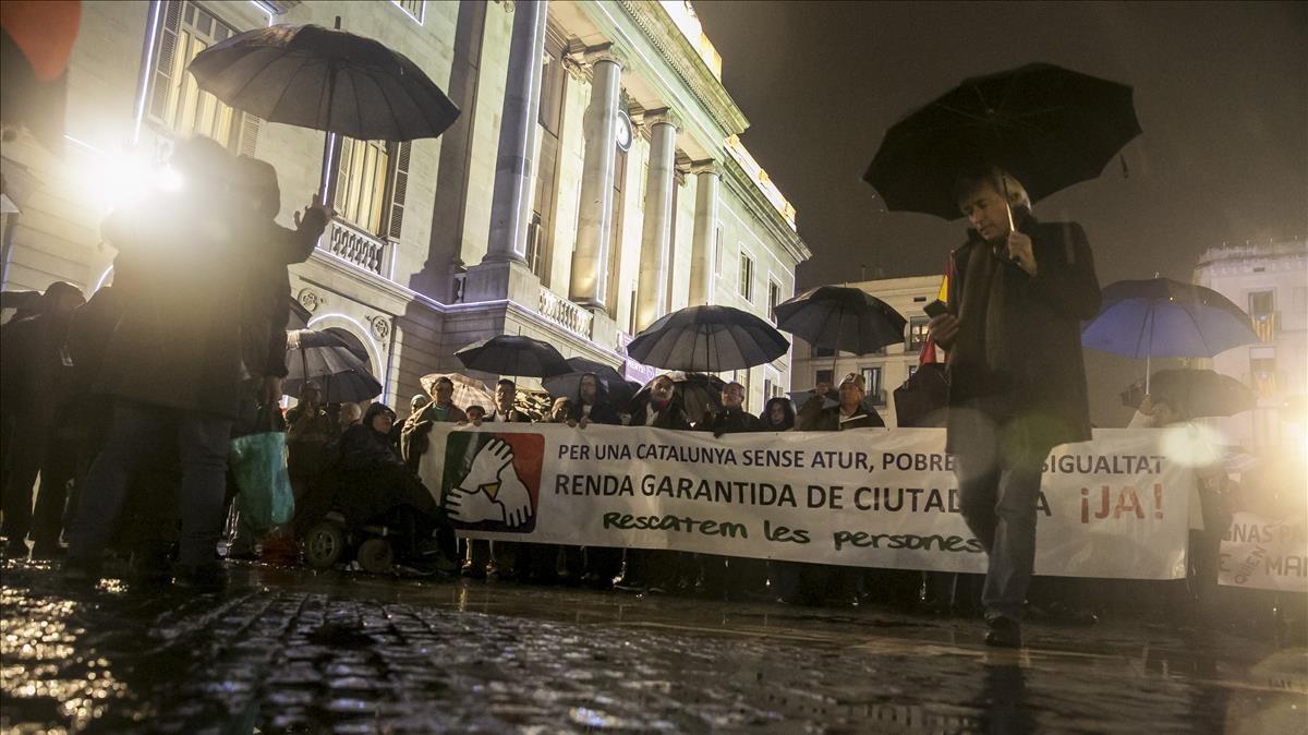 Concentración de plataformas de pensionistas en la plaza de Sant Jaume de Barcelona en reclamación de la renta garantizada de ciudadanía, en enero del 2016.