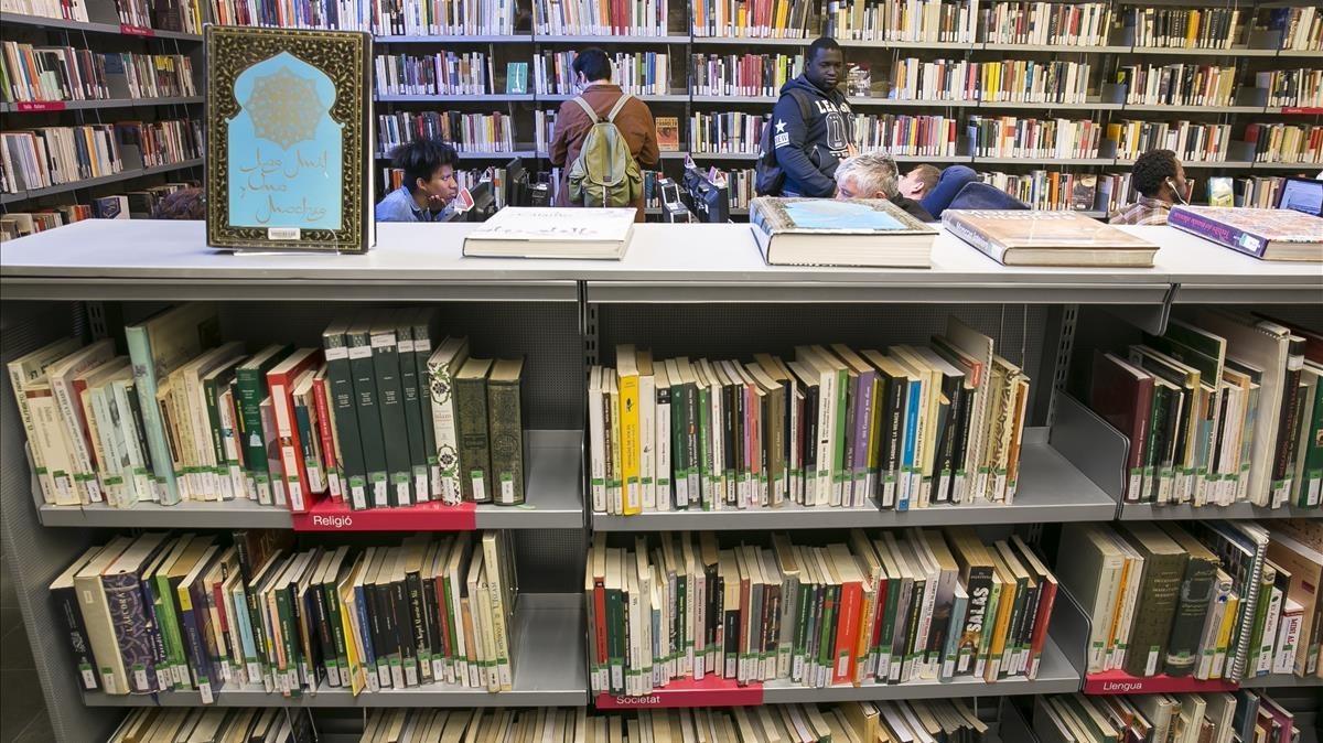 Interior de una biblioteca.