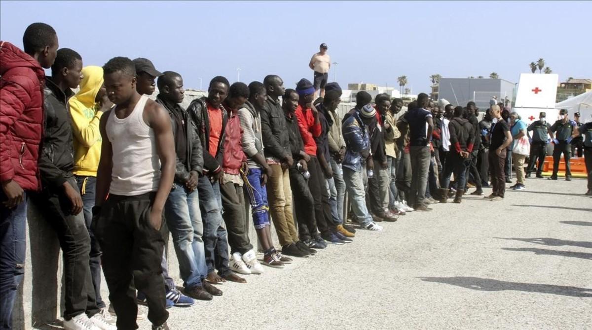 Otro grupo de inmigrantes de origen subsahariano, que fueron rescatados del Estrecho el pasado viernes.