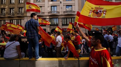 zentauroepp40462813 protesters hold spanish flags during a demonstration called 171008183746