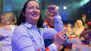 Una seguidora del partido ultra FPÖ celebra los resultados que apuntan los sondeos.