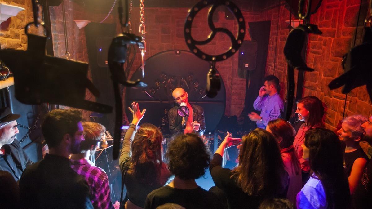Uno de los momentos del concierto, con Coàgul actuando,celebrado en las mazmorras del club de sadomaso Rosas 5.