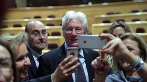 Richard Gere tomándose fotos con representantes del Senado el pasado miércoles, 13 de diciembre
