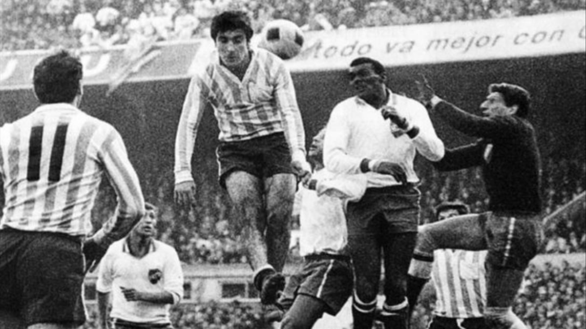 El vuelo de Panadero Díaz, en la final de la Copa Libertadores anteel macional de Montevideo.