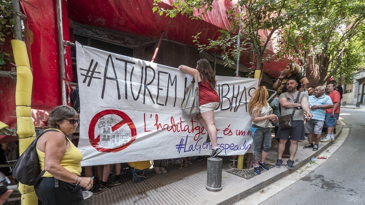 Protesta contra la subastaen la calle dePla de Fornells.