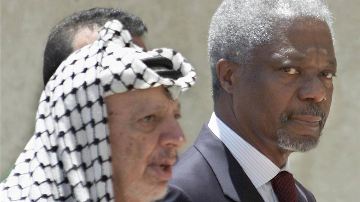 Kofi Annan y Yasser Arafat, en el 2001.