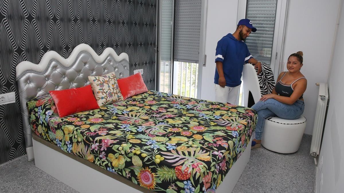 Antonio Arenas y Mari Vargas, en el dormitorio de su piso okupado.