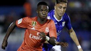 Vinicius, del Madrid, supera a Chakla, del Melilla, en el partido de Copa (0-4).