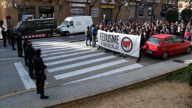 Los Mossos bloquean el paso de la concentración antifascista en el barrio de Sant Pere i Sant Pau de Tarragona.