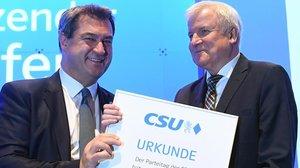 Markus Söder (izquierda) y Horst Seehofer, su antecesor en la presidencia de la Unión Social Cristiana (CSU), durante el congreso del partido,celebrado el 19 de enero del 2019 en Múnich.