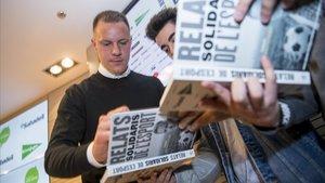 Ter Stegen, firmando ejemplares del libro solidario del 2019.