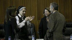 Teresa Forcades charla con los ponentes del seminario sobre 'Derecho a la Salut y libertad de expresión' antes del inicio del debate, celebrado en la Facultad de Derecho de la Universitat de Barcelona (UB)