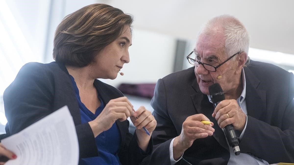 Ada Colauescucha aErnest Maragallduranteun debate sobre vivienda.