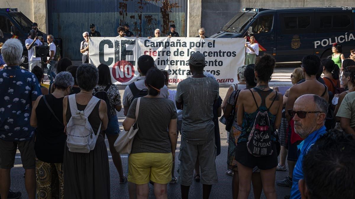 Concentración frente al CIE de València, tras la muerte el lunes de un interno