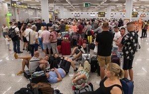 Pasajeros de Thomas Cook en el aeropuerto de Son _Sant Joan.