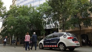 Detinguts tres lladres a Barcelona quan intentaven entrar en un pis pel balcó