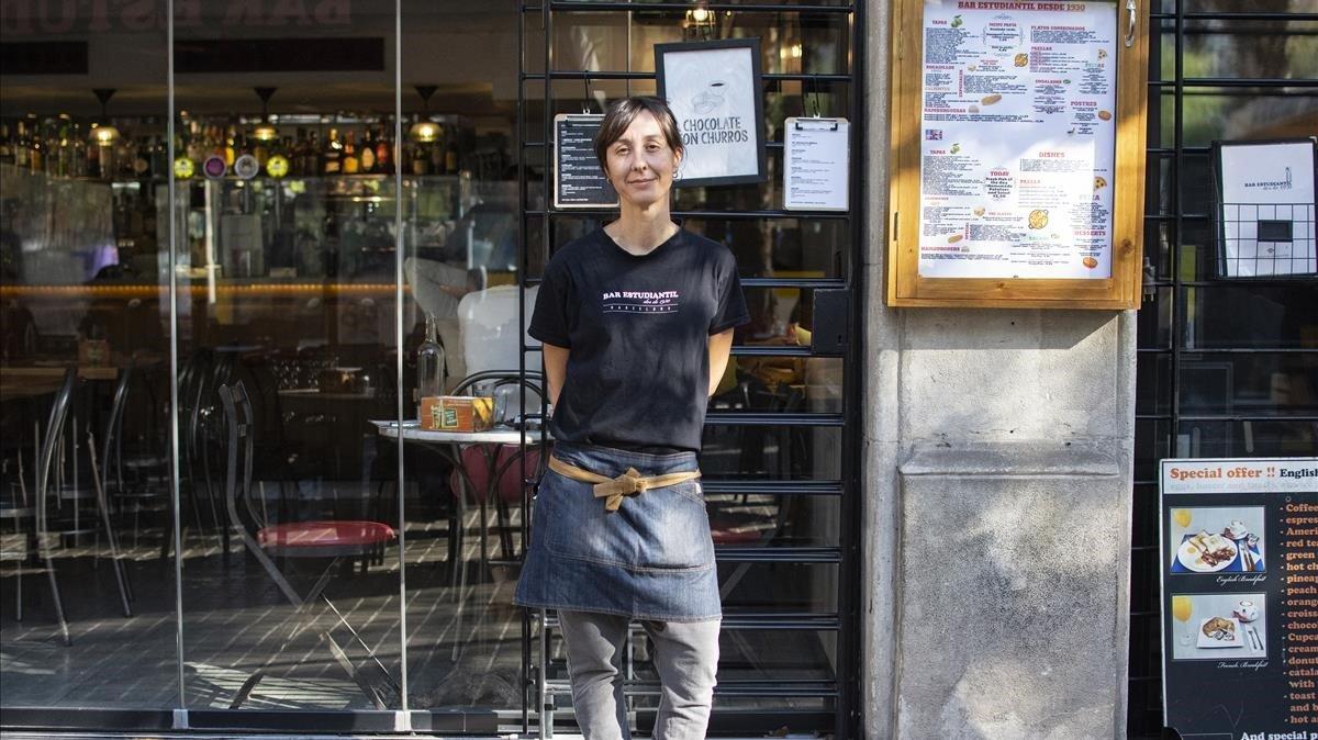Montse Bolet, camarera de un establecimiento en las inmediaciones de la plaza de la Universitat.