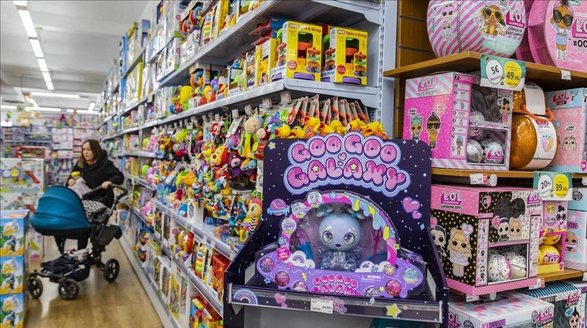 Una mujer comprando esta semana en una tienda de juguetes de València