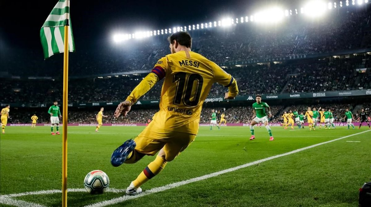 Messi bota un lanzamiento de esquina en el Benito Villamarín.