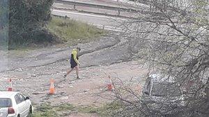 Fotografía tomada desde la comisaría que capta como el intendente sale a caminar.
