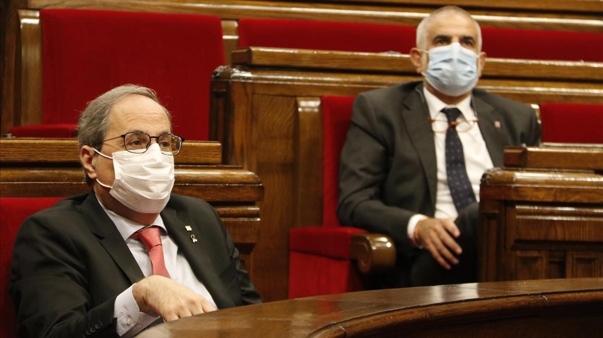 El 'president' de la Generalitat, Quim Torra, y el jefe de la oposición, Carlos Carrizosa, en el Parlament.