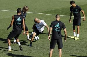 Zidane, en el centro de un rondo durante el entrenamiento de este sábado.