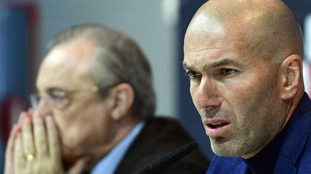 Zidane, junto a Florentino Pérez, en la rueda de prensa en la que ha anunciado quedimite como entrenador del Real Madrid.