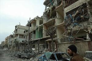 Zona bombardeada, ayer, en el este de la región de Guta.