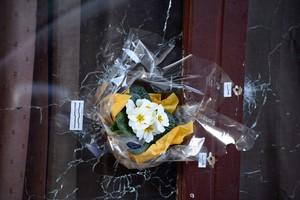 Flores en los cristales ametrallados del restaurante Le Carillon, en París, este domingo.