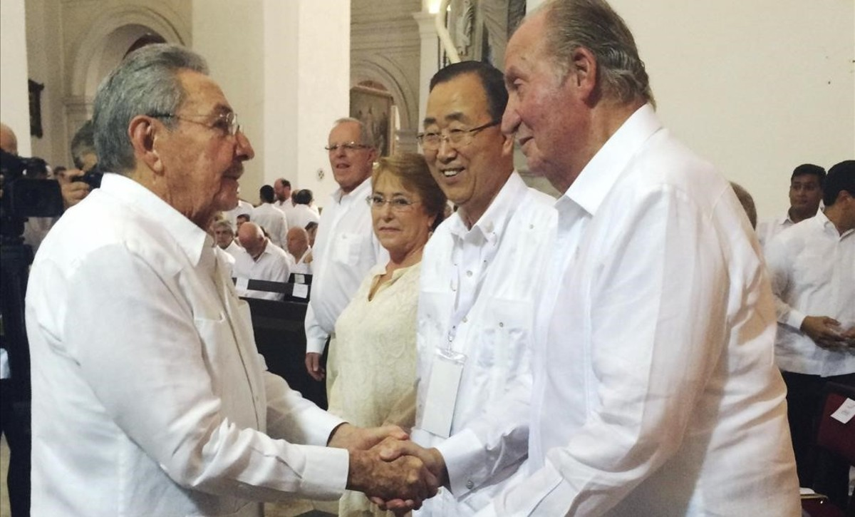 El rey Juan Carlos saluda al presidente de Cuba Raul Castro a su llegada Cartagena de Indias para asistir a la ceremonia por la firma de la paz con las FARC.