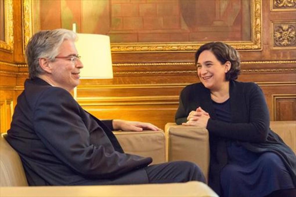 Jordi Cornet dialoga con Colau, ayer, durante el acto de la firma del acuerdo para la permuta de terrenos.