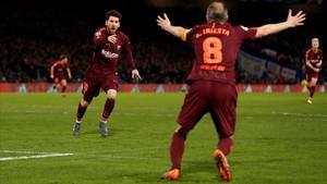 Messi acude a felicitar a Iniesta, que le regaló la asistencia en Stamford Bridge.