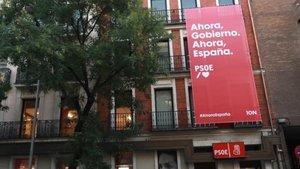 Pancarta con el lema electoral del PSOE 'Ahora Gobierno, ahora España', en la sede de Ferraz.