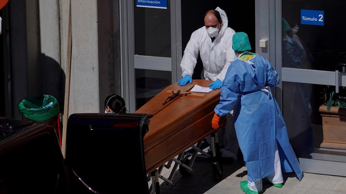 El Ministerio de Sanidad ha confirmado este jueves un total de 56.188 casos positivos de coronavirus, tras 8.578 nuevos infectados en las últimas 24 horas, lo que supone un aumento del 18 %, y 4.089 fallecidos, un 19 % más, tras sumar 655 muertos.