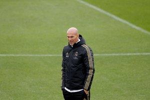 El técnico del Madrid Zinedine Zidane este lunes en el entrenamiento del equipo.