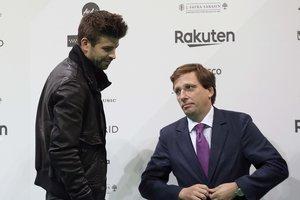 Piqué (i) junto al alcalde de Madrid, Martínez Almeida, en la presentación de la Copa Davis.