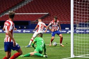Morata (d) remata en el segundo palo para hacer el segundo gol del Atlético ante el Mallorca.