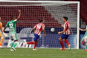 Diego Costa (c) remata en el gol del Atlético ante el Betis.