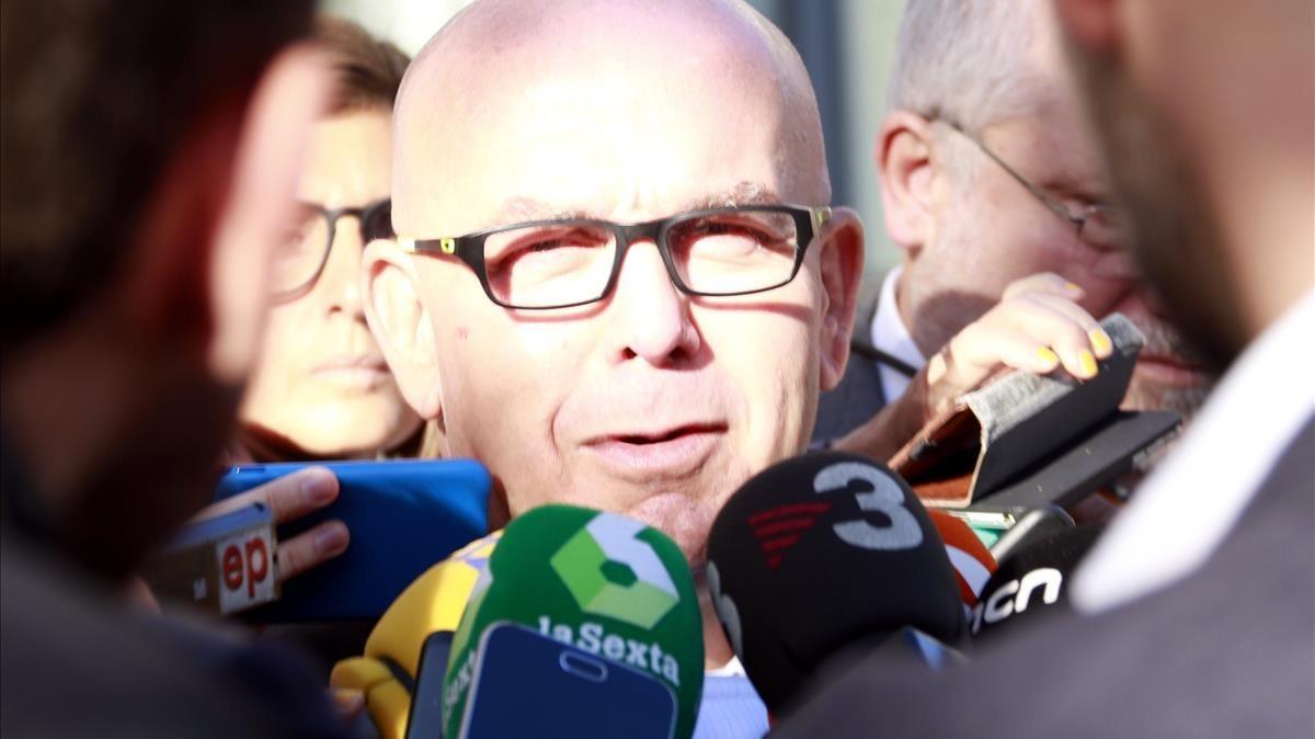 El abogado de Carles Puigdemont, Gonzalo Boye, atiende a los medios de comunicación frente a los juzgados de Bruselas.