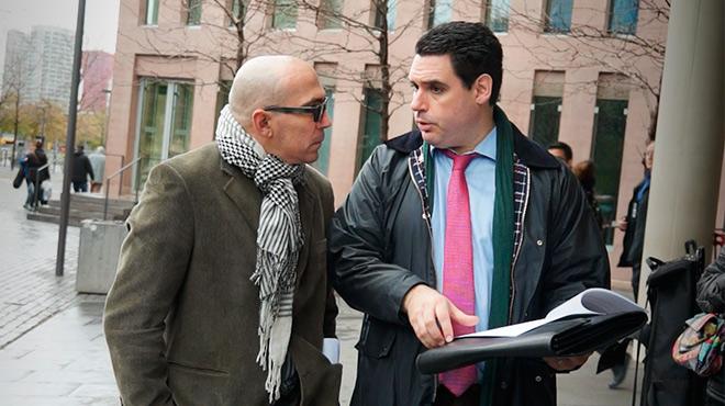 El abogado Ibán Benítez con su representadoManuel B., que ha denunciado los abusos a su hijo.