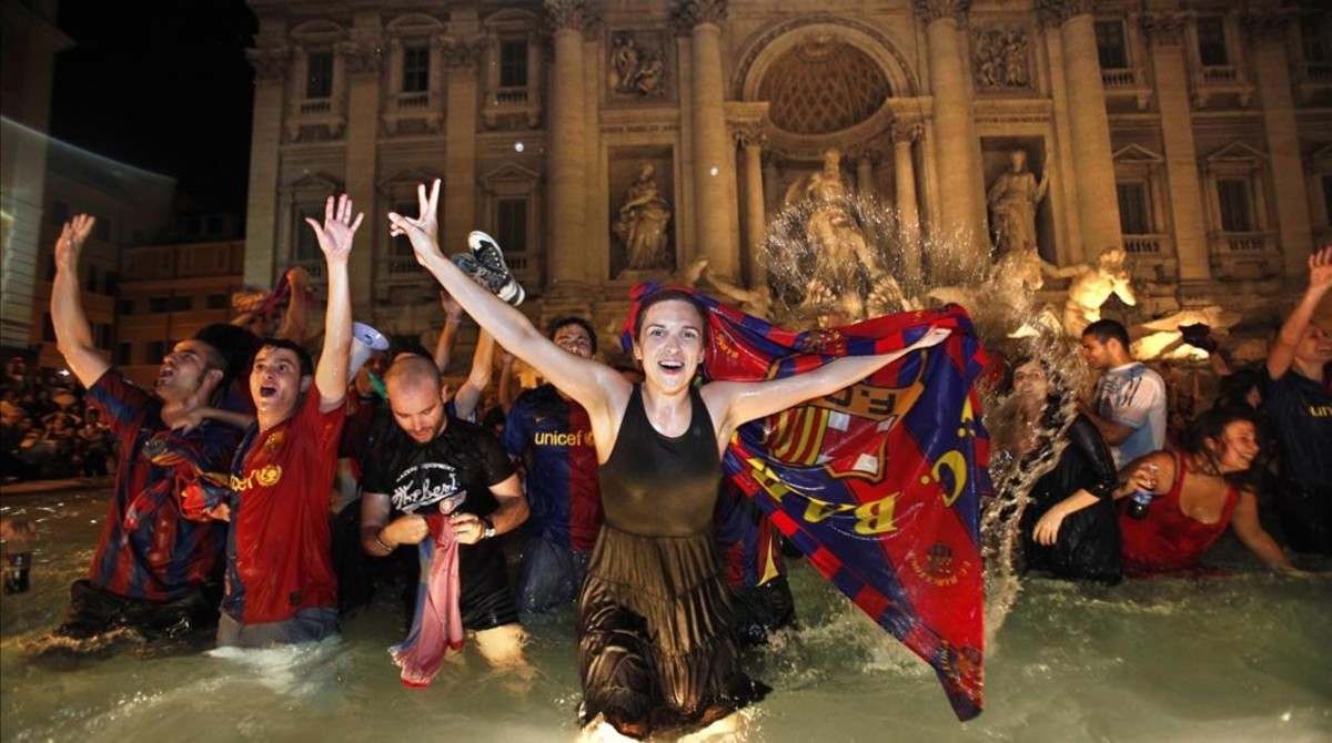 Aficionados azulgrana celebran la final de liga de campeones de 2009 en la Fontana di Trevi.