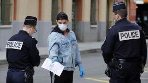 Agentes en Franciaverifican el cumplimiento delas restricciones por la pandemia.