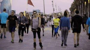 Aglomeración de transeúntes y deportistas en el paseo Marítim de Barcelona, el 6 de mayo.