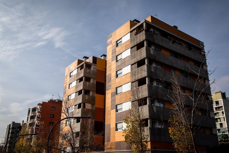 Imagen de un edificio en uno de los barrios con alquileres más baratos en Barcelona